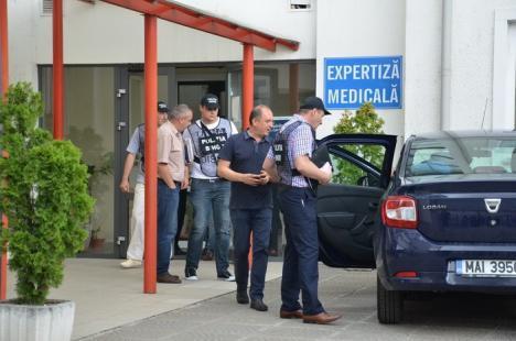 Tot personalul Serviciului de Expertiză Medicală al Casei de Pensii Bihor a fost reținut: 10 persoane duse la arestare