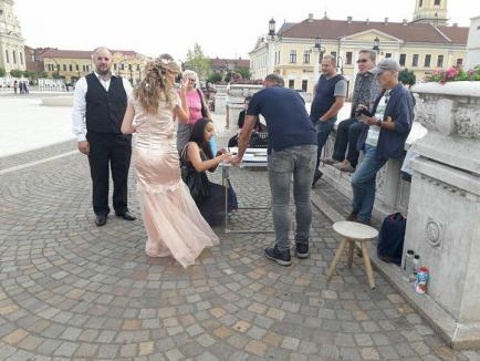 Au spus 'DA' şi împotriva corupţiei: Doi miri au 'dezertat' de la propria nuntă pentru a semna iniţiativa 'Fără penali în funcţii publice' în Oradea (FOTO)