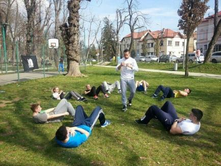 Lecţie gratuită de fitness urban în Parcul Brătianu
