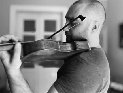 În aer liber: Violonistul Artur Kaganovskiy este solistul concertului Filarmonicii orădene