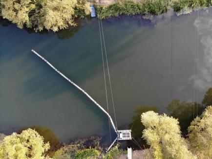 Barieră pentru gunoaie: Doi IT-işti din Oradea au montat pe Crişul Repede un utilaj care curăţă flacoanele din râu (FOTO / VIDEO)