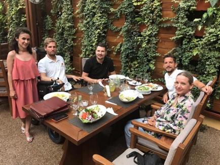 Fotbalistul Dries Mertens l-a vizitat pe Mihai Neşu în Oradea. Îşi îndeamnă fanii să-i susţină fundaţia (FOTO)