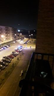 Incident șocant în Oradea: Un bărbat drogat s-a aruncat de la etajul 2, dezbrăcat, spunând că este urmărit în casă (FOTO / VIDEO)