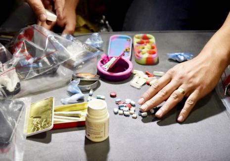 Nouă captură a DIICOT Oradea: Peste o jumătate de kilogram de cannabis, cocaină, pastile de ecstasy şi un timbru cu LSD au fost confiscate, cinci tineri sunt în arest la domiciliu