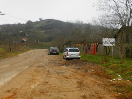 Drumul revoltei: Aproape impracticabil, drumul care trece prin comuna Sîrbi este reabilitat cu încetinitorul