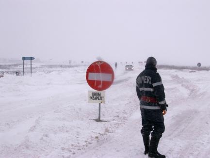 România sub zăpadă: Două autostrăzi şi 17 drumuri naţionale închise