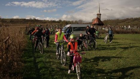 Redescoperă Bihorul pe bicicletă: Bihorenii au pedalat pe drumul bisericilor de lemn (FOTO)