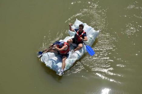 Duşi cu pluta! Elevi de la Liceul German au navigat pe Criş, cu plute făcute din PET-uri (FOTO)