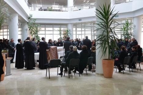 Sute de oameni la înmormântarea profesorului Barbu Ştefănescu (FOTO)