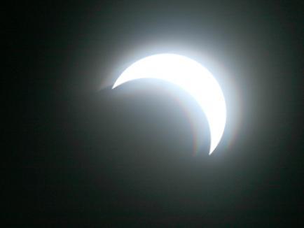 Una din cele mai mari eclipse parţiale de soare, vizibilă marţi în România