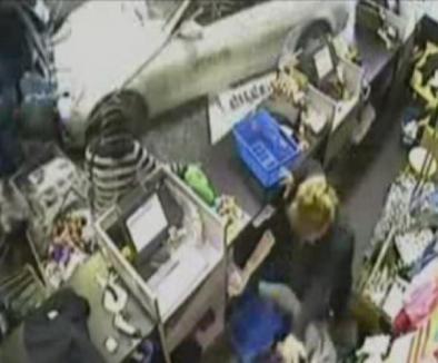 Nici la cumpărături nu suntem în siguranţă! (VIDEO)