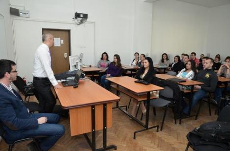 Fabrica de idei: Un grup de studenţi economişti caută soluţii pentru problemele oraşului (FOTO)