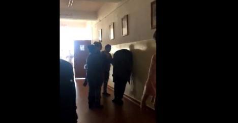 Mămici după gratii: Cele trei femei care au bătut un elev pe holul şcolii au fost reţinute