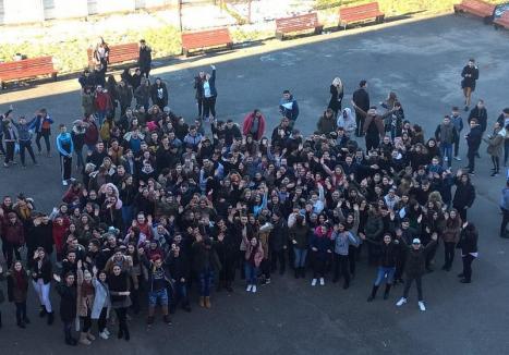 Vor burse! Flash-mob în curtea şcolii, pentru un drept prevăzut de lege (FOTO)