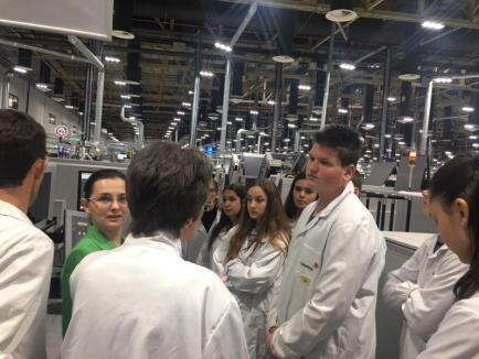 Şcoala... din fabrică: Din această lună, sute de elevi din Bihor vor face orele de ştiinţe în laboratoarele Celestica (FOTO)