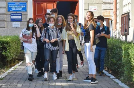 Veşti bune şi veşti proaste pentru elevii din Bihor: Peste 27.000 dintre ei vor primi lunar burse, dar Guvernul a uitat de cei 4.500 de navetişti