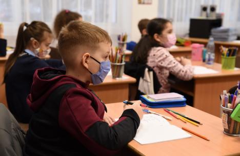 Şcoala reîncepe tot cu scenarii: În ce condiţii vor putea elevii să meargă în clase