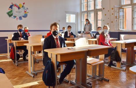 Inspectoratul Şcolar: Peste 86.000 de elevi din Bihor merg fizic la ore şi doar 4.200 învaţă online
