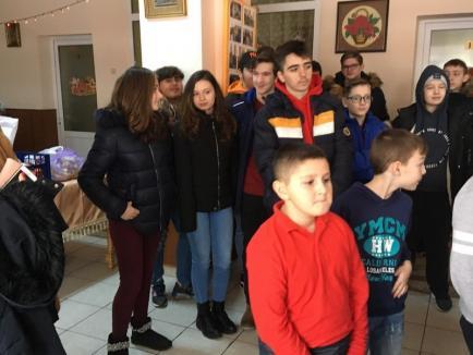 I-au colindat pe bunicii altora! Zeci de copii de la Şcoala 11, în vizită la două cămine de bătrâni (FOTO)