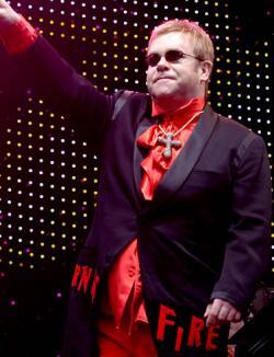 Elton John stă doar patru ore în România