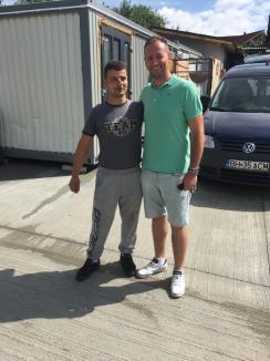 Eroul din boxă: Angajatul unei spălătorii auto din Oradea a returnat 13.000 euro găsiţi într-o maşină (FOTO)
