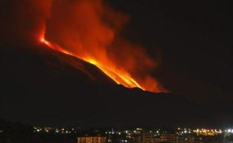 Vulcanul Etna a erupt pentru puţin timp (VIDEO)
