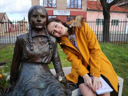 Elevii orădeni au comemorat-o pe Éva Heyman: o adolescentă de la Colegiul Onisifor Ghibu a interpretat rolul micuței evreice (FOTO / VIDEO)
