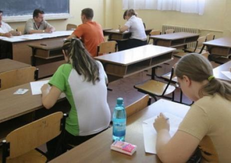 Elev orădean, exmatriculat de la Evaluarea Naţională pentru că n-a vrut să intre la exmanen fără telefonul mobil