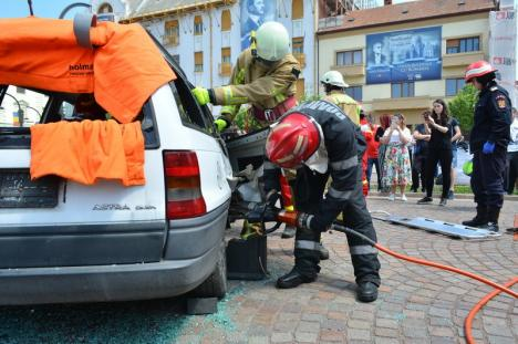 Exerciţiu de amploare în Piaţa Unirii din Oradea: Accident între o motocicletă şi o maşină, o persoană decedată şi răniţi încarceraţi (FOTO / VIDEO)