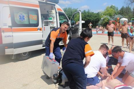 Exerciţiu reuşit al Serviciului de Ambulanţă, la Hotel Perla din 1 Mai: Un tânăr a fost salvat de la înec, după ce a fost lovit de un amic (FOTO / VIDEO)