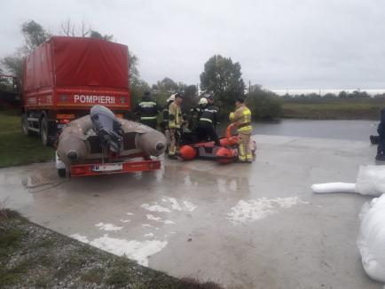 Exerciţiu pe Crişul Repede: Poluare accidentală cu motorină, oprită de pompieri şi angajaţii de la Ape (FOTO)