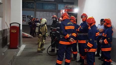 Exerciţiu la închisoare: Poliţişti, jandarmi şi pompieri au simulat o revoltă şi un incendiu în Penitenciarul Oradea (FOTO)
