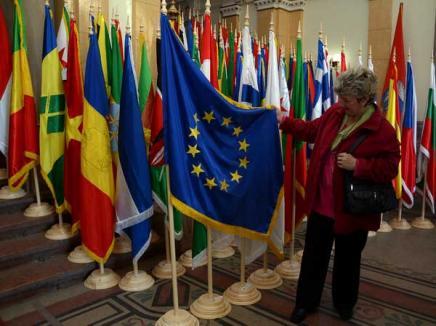 Steagurile tuturor ţărilor lumii, expuse la Primărie de Ziua Europei (FOTO)