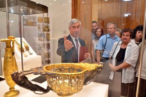 """Tezaur în vitrine: Expoziţia """"Aurul şi argintul antic al României"""", prezentată la Muzeul Ţării Crişurilor (FOTO/VIDEO)"""