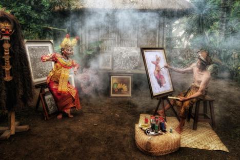 Fotografii cu localnici din Bali și Singapore, ale unui artist premiat, expuse la Filarmonică și în Cetatea Oradea (FOTO)