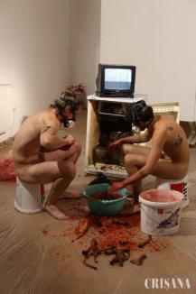 Macabru sau artă? Expoziţie în fundul gol, cu urină şi miros de cadavre în Oradea (FOTO)