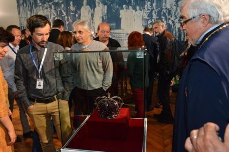'Însemnele regalităţii': Coroana de oţel, mantia şi sceptrul Regelui Ferdinand Întregitorul pot fi admirate în sala mare a Primăriei Oradea (FOTO)