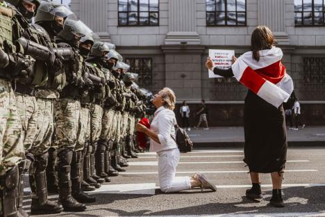 """""""Drumul spre libertate"""". O reputată jurnalistă din Belarus, premiată pentru fotografiile ei, expune la Oradea (FOTO)"""