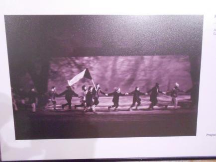 'Revoluţia de catifea', prezentată prin fotografii inedite de Muzeul Ţării Crişurilor (FOTO)