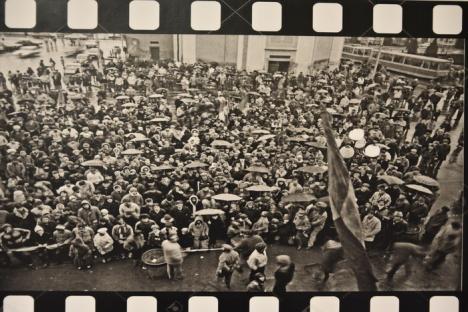 'Revoluţia în imagini': Fotografii inedite cu Oradea la Revoluţie, expuse în Cetate (FOTO)
