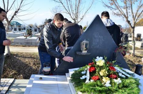 Baschetbaliştii au depus coroane şi lumânări la mormântul lui Antonio Alexe (FOTO)