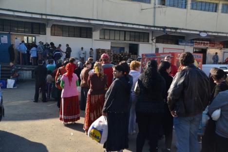 Sute de nevoiaşi s-au înghesuit la ASCO să-şi primească alimentele gratuite (FOTO)