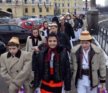Asta-i datina străveche: Colindători din mai multe judeţe au defilat în parada costumelor (FOTO)