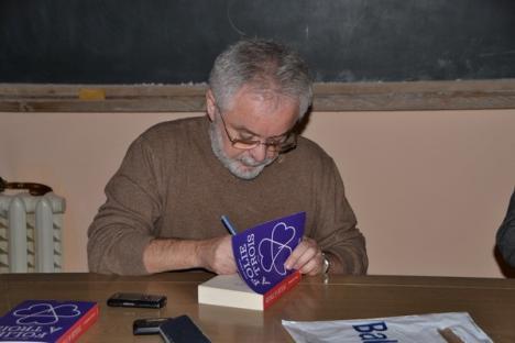 """""""Folie a trois"""" la spitalul de nebuni: Florin Ardelean şi-a lansat primul său roman în ospiciu (FOTO)"""
