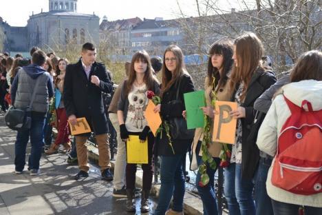 """Sute de elevi au scris poezia """"De-aş avea"""" printr-un lanţ uman (FOTO)"""