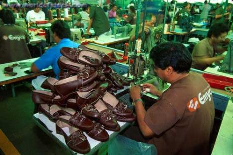 Administratorul italian al unei fabrici de pantofi, prins cu 19 angajaţi la negru