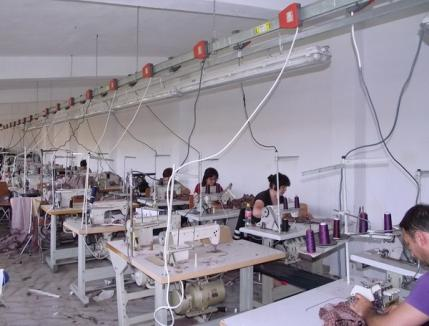 Urmărit penal pentru neachitarea contribuţiilor sociale, patronul fabricii Riposta Ştei a început să plătească