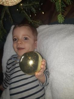 Băiețelul unei familii din Oradea are mare nevoie de ajutor: Suferă de chisturi pe creier şi retard psihomotor sever (FOTO / VIDEO)