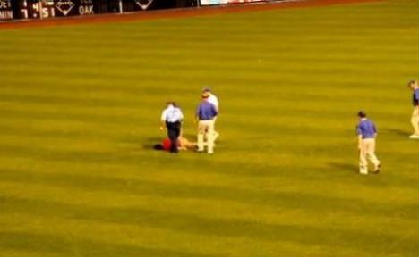 Un fan a fost împuşcat pe teren la un meci de baseball! (VIDEO)