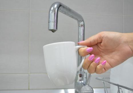 Locuitorii de pe mai multe străzi de pe dealurile Oradiei rămân joi fără apă
